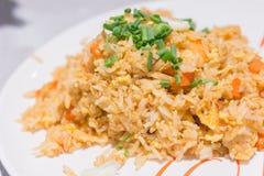 Arroz fritado com vegetais, galinha do chinês caseiro e fritado fotos de stock