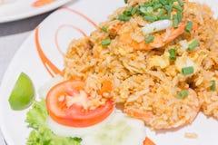 Arroz fritado com vegetais, galinha do chinês caseiro e fritado foto de stock