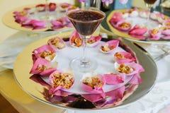Arroz fritado da mistura contido na flor de lótus fotografia de stock