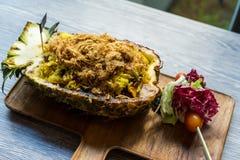 Arroz fritado no abacaxi na tabela, foco seletivo Imagem de Stock