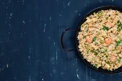 Arroz frito con el camarón Alimento asiático sano Foto de archivo