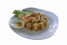 Arroz frito con los mariscos, estilo tailandés de la comida picante en un CCB blanco foto de archivo