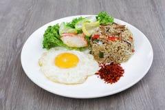 Arroz frito del asiático en una placa blanca Imagen de archivo