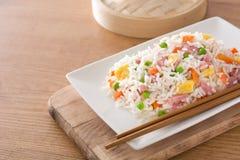 Arroz frito del chino con las verduras y la tortilla en la tabla de madera Fotografía de archivo