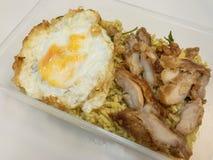 Arroz frito del curry verde con el pollo frito y el huevo frito en una caja Alimento tailandés - fritada #6 del Stir Foto de archivo libre de regalías