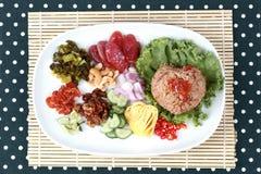 Arroz frito del jazmín con la goma del camarón, Kao Klok Kapi - tailandés Imagen de archivo
