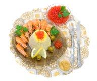 Arroz hervido, camarón frito y caviar rojo en una placa en un b blanco Imagenes de archivo