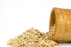 Arroz integral cru com caixa de bambu; Kratip Foto de Stock