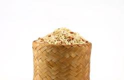 Arroz integral cru na caixa de bambu; Kratip Fotografia de Stock Royalty Free