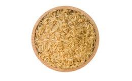 Arroz integral na bacia de madeira isolada no fundo branco nutrition Ingrediente de alimento Vista superior foto de stock royalty free