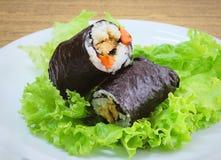Arroz japonés Maki Sushi Roll Stuff con el queso de soja y la zanahoria Imágenes de archivo libres de regalías
