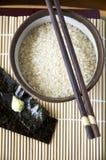 Arroz japonês cru na bacia Foto de Stock