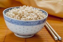 Arroz moreno en cuenco del modelo del arroz azul y blanco imagen de archivo libre de regalías