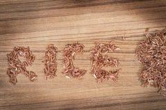 Arroz moreno en fondo de madera Foto de archivo libre de regalías
