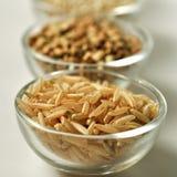 Arroz moreno - grano Gluten-libre en el fondo blanco Imágenes de archivo libres de regalías