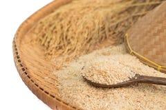 Arroz moreno y arroz de arroz en el fondo de bambú foto de archivo libre de regalías