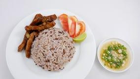 Arroz moreno y cerdo sofrito con la salsa de soja (2) Fotos de archivo
