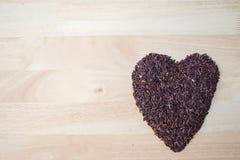 Arroz negro tailandés del jazmín y x28; Berry& x29 del arroz; forma del corazón Imagenes de archivo