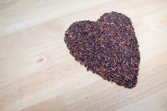 Arroz negro tailandés del jazmín y x28; Berry& x29 del arroz; forma del corazón Fotografía de archivo libre de regalías