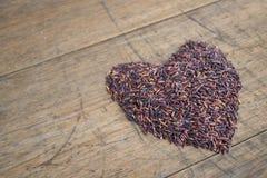Arroz negro tailandés del jazmín y x28; Berry& x29 del arroz; forma del corazón Imagen de archivo