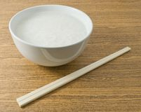 Arroz o gachas de avena hervido suavidad del arroz con los palillos Imágenes de archivo libres de regalías
