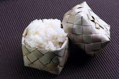Arroz pegajoso (arroz glutinoso) no recipiente de bambu (kratip) Fotos de Stock Royalty Free