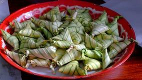 Arroz pegajoso cozinhado na folha de palmeira do fã dos manguezais Imagens de Stock