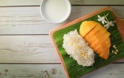 Arroz pegajoso da manga com bandeja de madeira, sobremesa tailandesa Imagem de Stock
