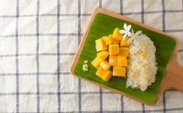 Arroz pegajoso da manga com bandeja de madeira, sobremesa tailandesa Foto de Stock