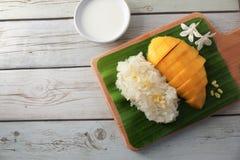 Arroz pegajoso da manga com bandeja de madeira, sobremesa tailandesa Imagem de Stock Royalty Free
