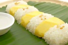 Arroz pegajoso da manga doce tailandesa com leite de coco, fundo branco Imagem de Stock