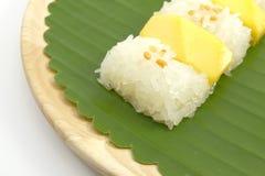 Arroz pegajoso da manga doce tailandesa com leite de coco, fundo branco Foto de Stock