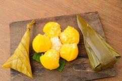 Arroz pegajoso da sobremesa tailandesa envolvido na folha da banana e o Toddy Palm Cake ou o Kanom Tarn imagem de stock royalty free