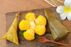 Arroz pegajoso da sobremesa tailandesa envolvido na folha da banana e o Toddy Palm Cake ou o Kanom Tarn fotografia de stock royalty free