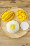 Arroz pegajoso del mango con la bandeja de madera Imagen de archivo libre de regalías