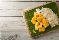 Arroz pegajoso del mango con la bandeja de madera, postre tailandés Fotografía de archivo