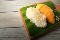 Arroz pegajoso del mango con la bandeja de madera, postre tailandés Foto de archivo
