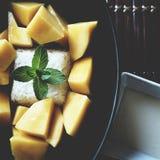 Arroz pegajoso del mango en el cuenco negro fotografía de archivo libre de regalías