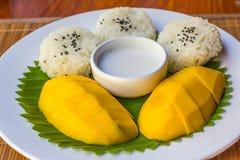 Arroz pegajoso del mango en el plato, postre tailandés imagen de archivo