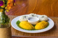 Arroz pegajoso del mango en el plato, postre tailandés imágenes de archivo libres de regalías