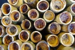 Arroz pegajoso doce Roasted com o fillin do leite e da semente de coco no bambu Foco seletivo fotografia de stock