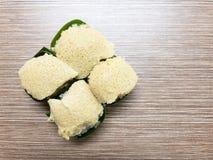 Arroz pegajoso dulce con las natillas del huevo y el desmoche dulce del coco, envueltos en hoja del plátano Postre tailandés popu Imágenes de archivo libres de regalías