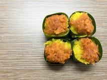 Arroz pegajoso dulce con las natillas del huevo y el desmoche dulce del coco, envueltos en hoja del plátano Postre tailandés popu Fotografía de archivo libre de regalías