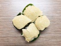 Arroz pegajoso dulce con las natillas del huevo y el desmoche dulce del coco, envueltos en hoja del plátano Postre tailandés popu Imagenes de archivo
