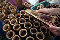 Arroz pegajoso en las juntas de bambú - khaolam Fotografía de archivo