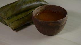 Arroz pegajoso envuelto en hojas y servido con la salsa del cacahuete Cocina famosa en Borneo Kelupis llamado metrajes