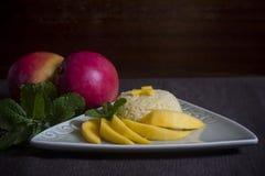 Arroz pegajoso tailandés con el mango en una tabla Imagenes de archivo