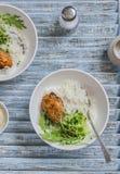 Arroz, pollo y ensalada en un cuenco foto de archivo