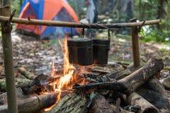 Arroz que cocina con el pote del ejército Imagen de archivo