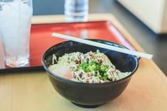 Arroz saboroso com galinha de Teriyaki e alimento do japonês do ovo de fervura foto de stock